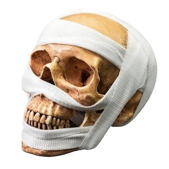 Menselijke schedel binden met verband geïsoleerd op een witte achtergrond