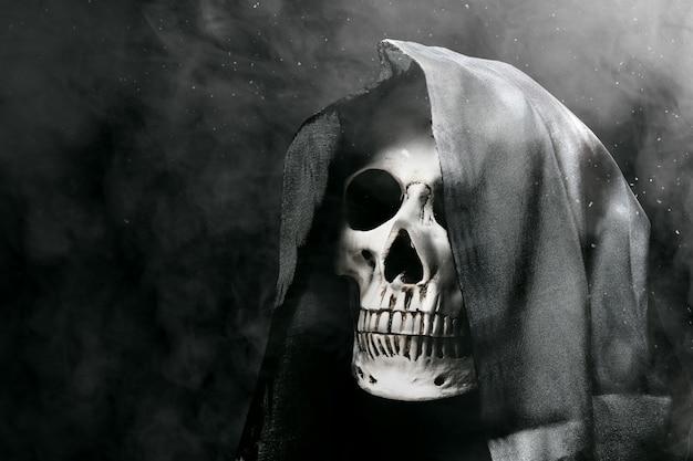 Menselijke schedel met een zwarte mantel