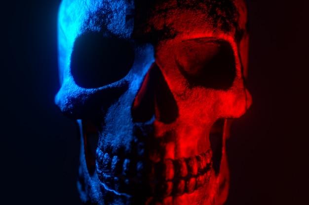 Menselijke schedel. neon turquoise en rood licht. spookachtig en sinister.