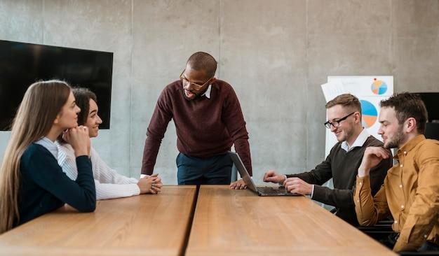 Mensen aan de kantoortafel tijdens een vergadering