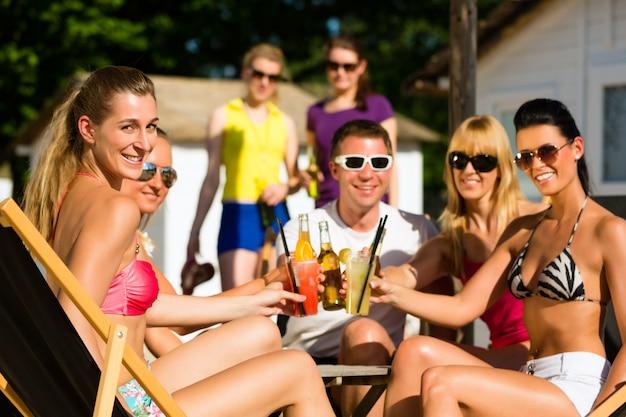 Mensen aan het strand drinken van een feestje