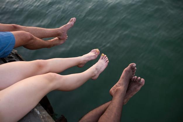 Mensen aan zee sluiten