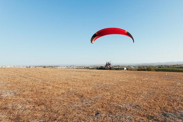 Mensen aangedreven paragliden in de lucht