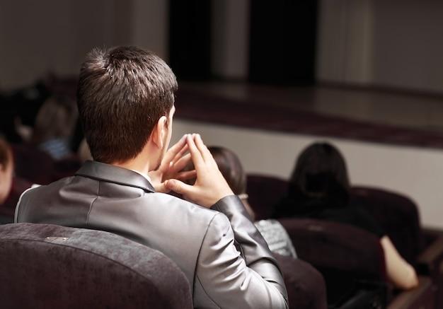 Mensen achterin zitten op de zakelijke conferentie