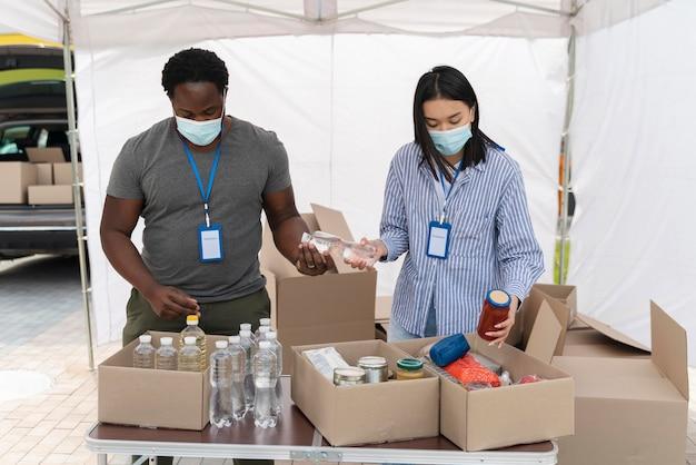 Mensen bereiden een liefdadigheidsvoedselbank voor arme mensen