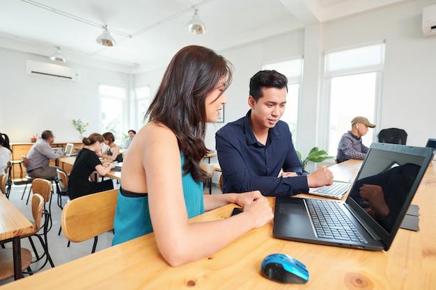 Mensen bespreken online presentatie