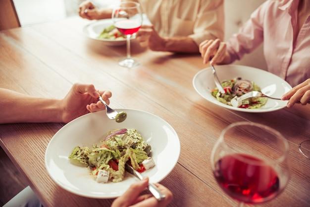 Mensen bespreken zakelijke aangelegenheden tijdens zakelijke lunch