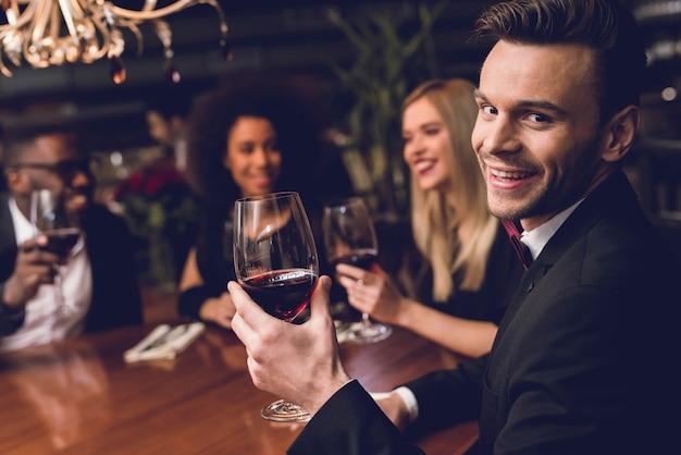 Mensen bestellen eten en drinken. ze zijn in een goed humeur.
