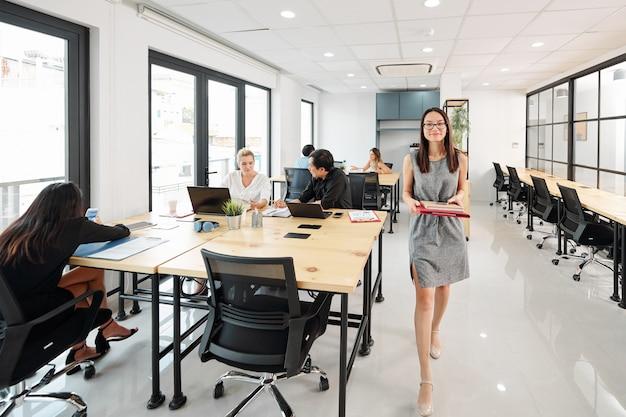 Mensen bezig met werk op kantoor