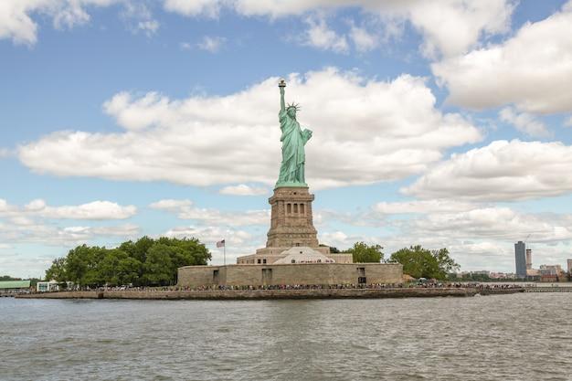 Mensen bezoeken het vrijheidsbeeld is beroemd in new york, vs.