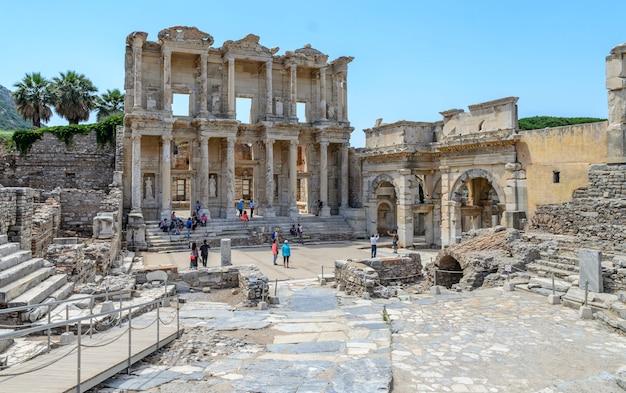 Mensen bezoeken the celsus library (celcius library) in de oude stad efeze. efeze is een populaire historische site in turkije.
