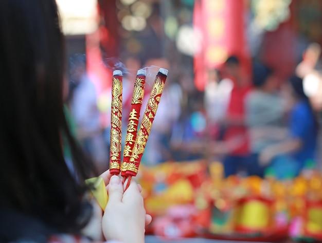Mensen bidden respect met wierook voor god op chinese nieuwjaarsdag