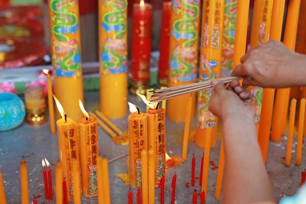 Mensen bidden respect met wierook voor god op chinese nieuwjaarsdag.