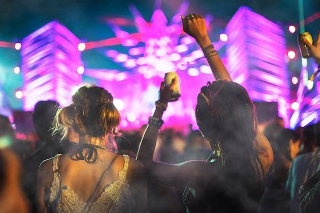 Mensen bij concert met rookoverlay-textuur