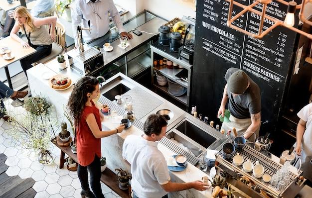 Mensen bij de koffieshop