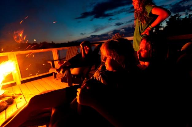 Mensen bij een kampvuur, lake of the woods, ontario, canada