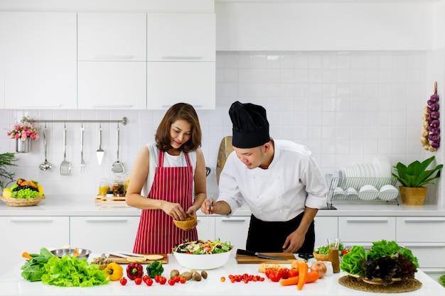 Mensen bij kookles in moderne keuken.