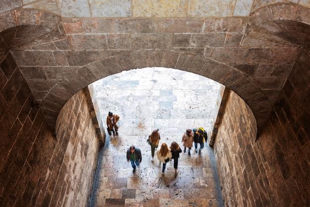 Mensen bij middeleeuwse vesting in valencia