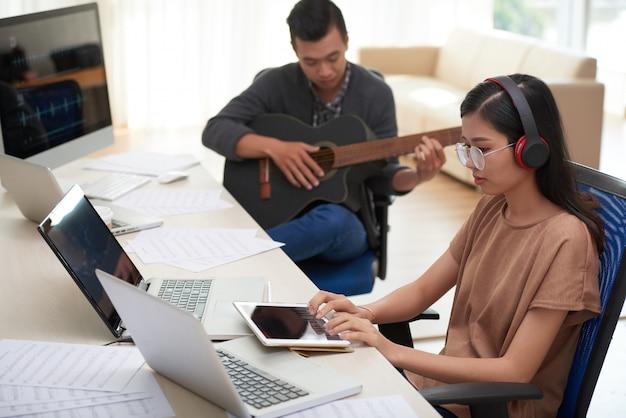 Mensen bij muzikale studio