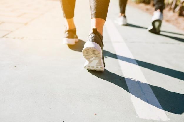 Mensen bijsnijden die op straat rennen