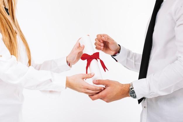 Mensen bijsnijden met een diploma