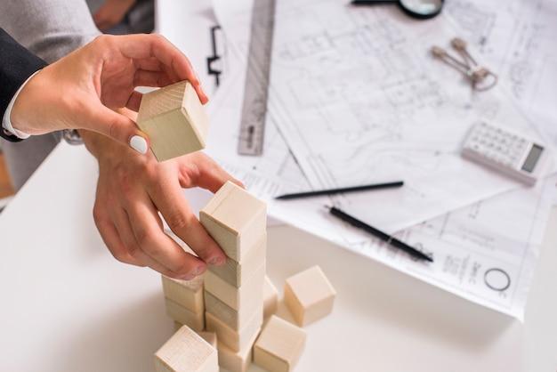 Mensen bouwen een houten toren