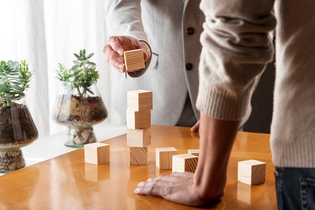 Mensen bouwen een stapel kubussen