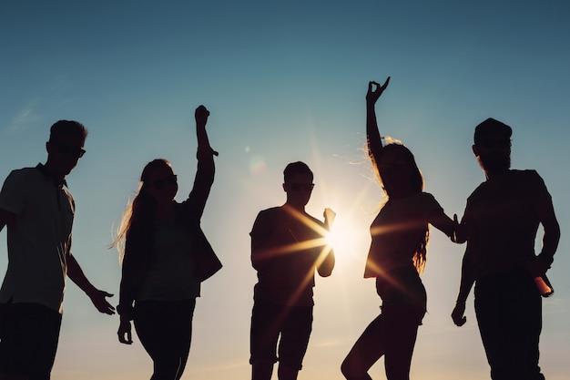 Mensen dansen in de zomer