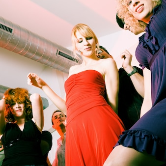 Mensen dansen in een club