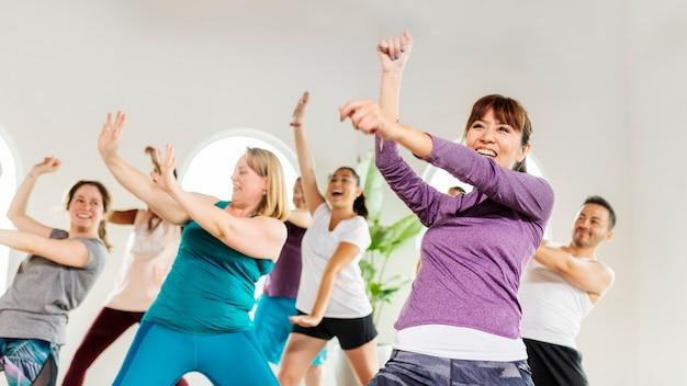 Mensen dansen in een fitnessles