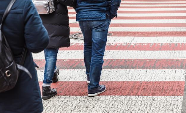Mensen de straat oversteken op zebrapad