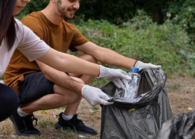 Mensen die afval uit de natuur schoonmaken