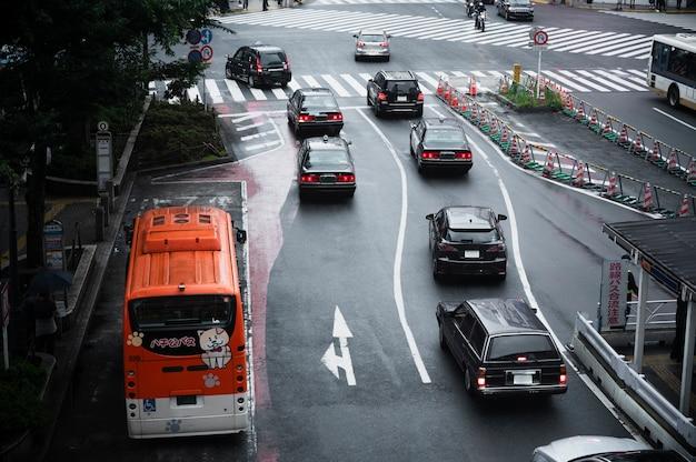 Mensen die auto's rijden op straat in de stad