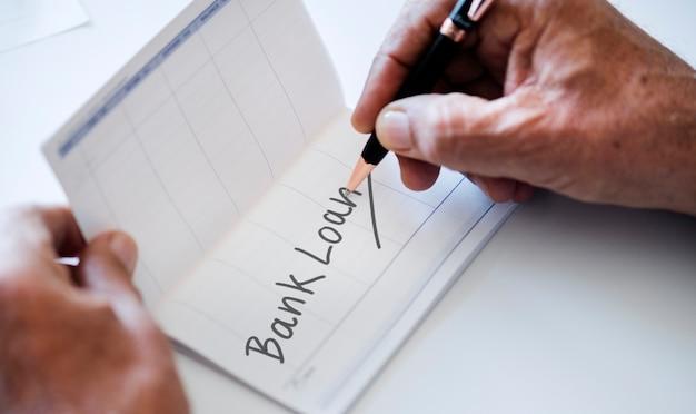 Mensen die bankboek controleren dat op witte lijst wordt geïsoleerd