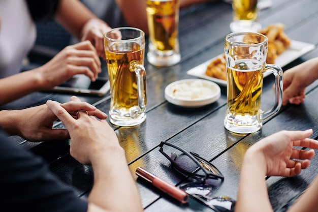 Mensen die bier drinken
