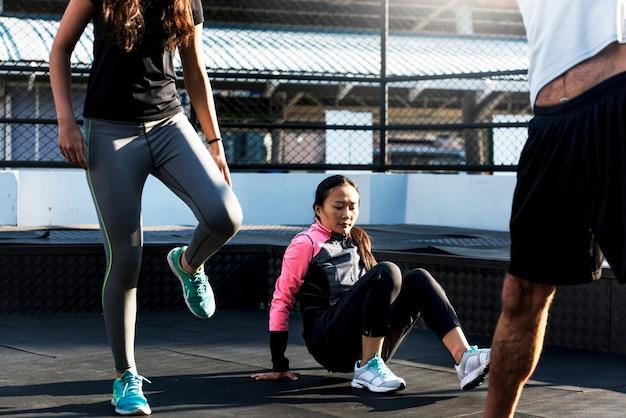 Mensen die bij fitness gymnastiek uitoefenen