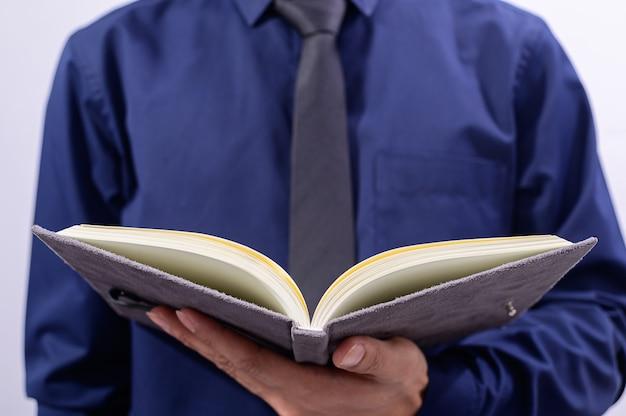Mensen die boeken vasthouden en liefdesconcepten lezen