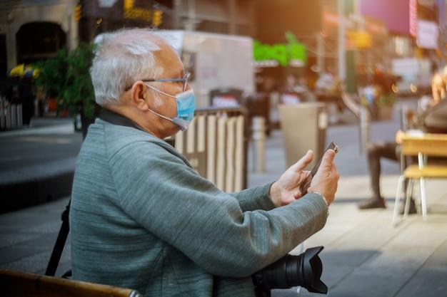 Mensen die buiten beschermende gezichtsmaskers dragen vanwege de coronavirus-epidemie o