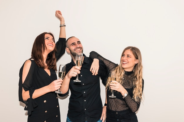 Mensen die champagne drinken uit een bril