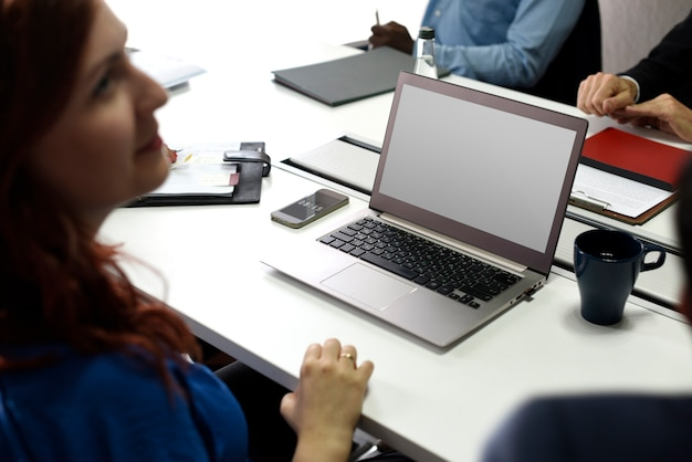 Mensen die computerlaptop gebruiken