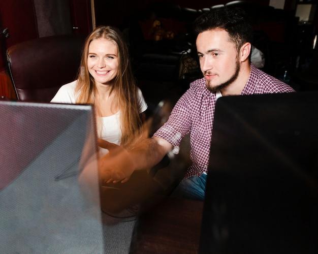 Mensen die de computer gebruiken voor het mixen en beheersen van de muziek