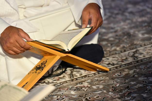 Mensen die de heilige koran lezen