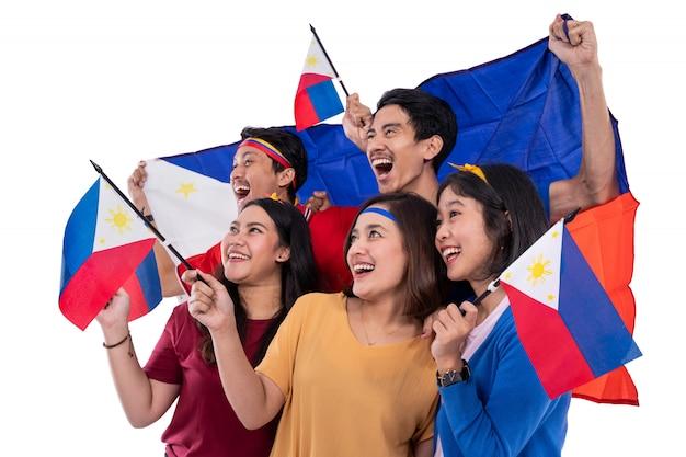 Mensen die de vlag van filippijnen houden die onafhankelijkheidsdag vieren