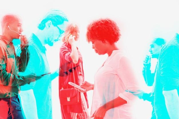 Mensen die digitale apparaten gebruiken, slimme technologie in dubbel kleurbelichtingseffect
