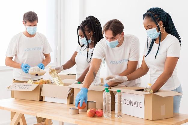 Mensen die donatiepakketten voorbereiden