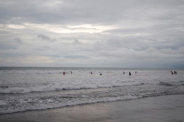 Mensen die door de oever in bali zwemmen