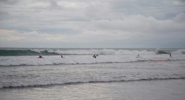 Mensen die door oever in bali zwemmen