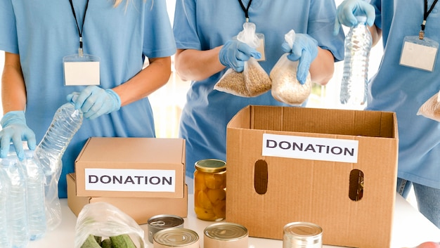 Mensen die dozen voedsel voorbereiden voor schenking