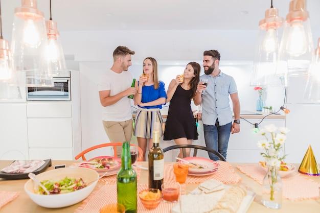 Mensen die drinken voor het avondeten