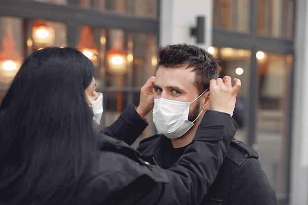 Mensen die een beschermend masker dragen dat zich op de straat bevindt